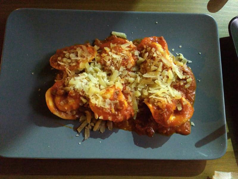 Tortelini de carne con salsa boloñesa
